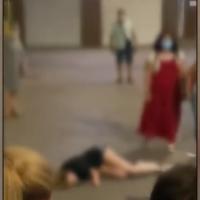 Vídeo: dejan a una joven inconsciente tirada en una calle en Granada por temor al coronavirus