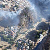 El Infoca trabaja por tierra y aire en un incendio en Iznalloz