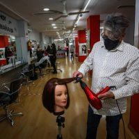 «Sin vida social, el negocio de las peluquerías en Granada ha caído un 50%»