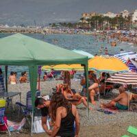 La Policía levanta carpas y toldos en las playas de Motril tras la entrada en vigor de la prohibición