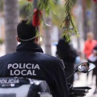 La Policía Local disuelve un botellón multitudinario en el campo de fútbol de Carchuna-Calahonda