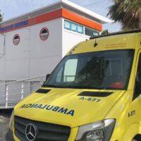 Trasladados al centro de salud de Almuñécar un bañista y un trabajador de la playa Puerta del Mar